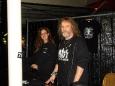 Jolanda & André achter de stand van John Corabi